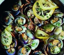 Almejas salteadas con ajo, limón y perejil